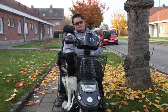 Dirk Viaene op stap met zijn nieuwe hulphond.
