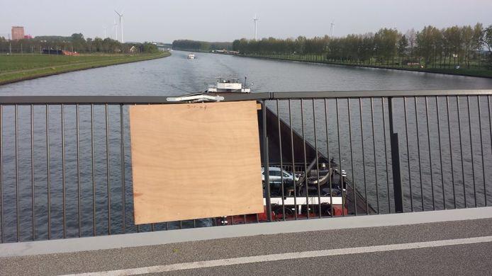 De gemeente Nieuwegein heeft de brugleuning van de Nieuwe Heemsteedsebrug tijdelijk hersteld met een houten schot.