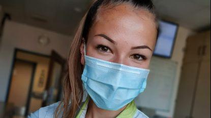 """Vroedvrouw Elien (26) zit weer op de dienst materniteit na enkele weken op de corona-afdeling: """"Ik voel me naakt nu, zo zonder dat masker en dat pak"""""""