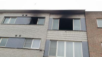 Uitslaande brand dwingt alleenstaande moeder tot wanhoopssprong uit raam van tweede verdieping