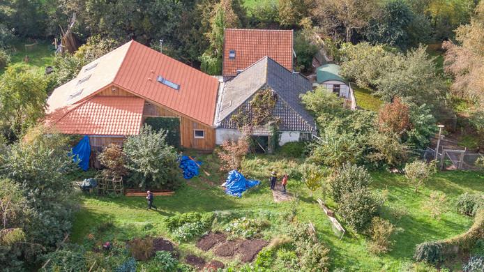 Onderzoek rond en in de boerderij in Ruinerwold waar de politie deze week een van de buitenwereld afgezonderd gezin aantrof.