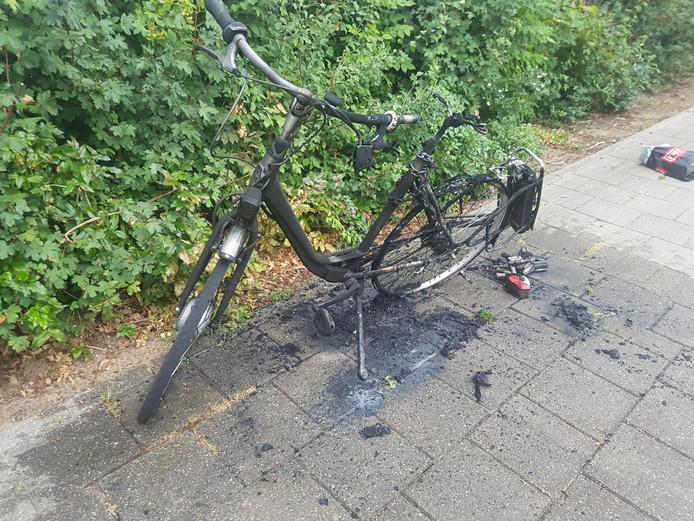 Van de fiets is na de ontplofte accu en de daaropvolgende brand niets meer over.