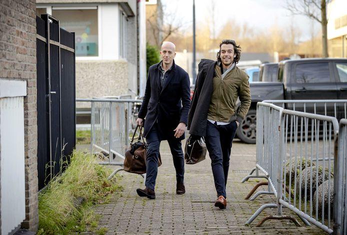 Advocaten Christian Flokstra en Juriaan de Vries komen aan bij de extra beveiligde rechtbank in Amsterdam.