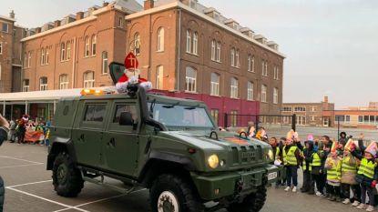 De Sint ruilde zijn paard Slecht Weer Vandaag in voor een legerjeep en kwam met zwaailichten en sirenes feestelijk toe in basisschool De Knipoog