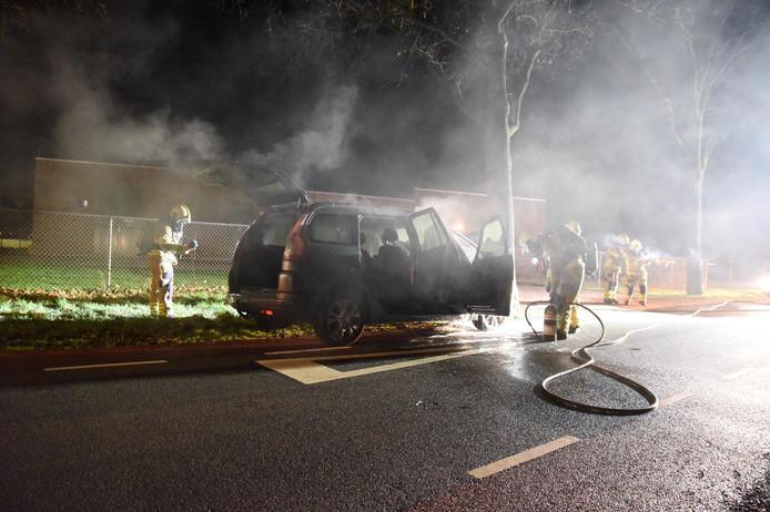 De brandweer wist het vuur snel te blussen, maar de auto moet als verloren worden beschouwd.