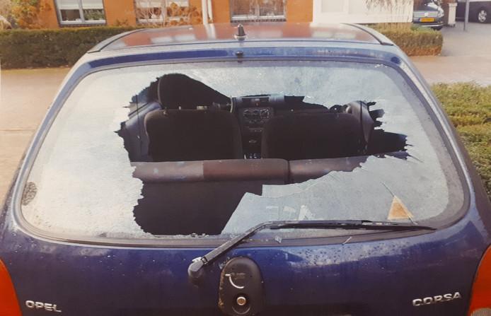 Een van de vernielde auto's.