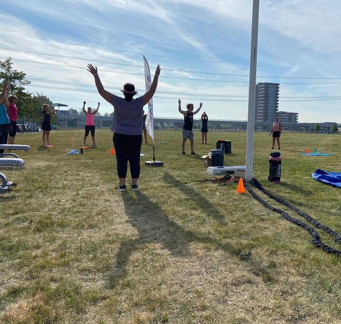 De sporters moeten nu sporten in de hitte. De partytenten die Anytime Fitness wil gebruiken mogen daar niet staan van de gemeente.