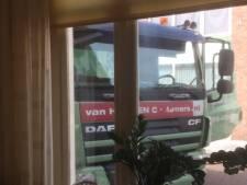 Vrachtverkeer rijdt zich vast in krappe bocht in Bergen op Zoom