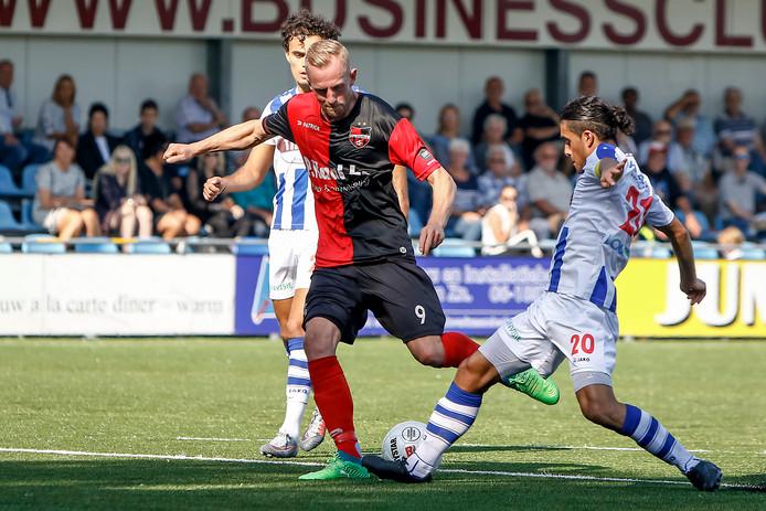 FC Lienden-aanvoerder Milad Intezar  (20) probeert een schot van Sjoerd Ars te blokkeren  in de wedstrijd tegen De Treffers van vorige week.