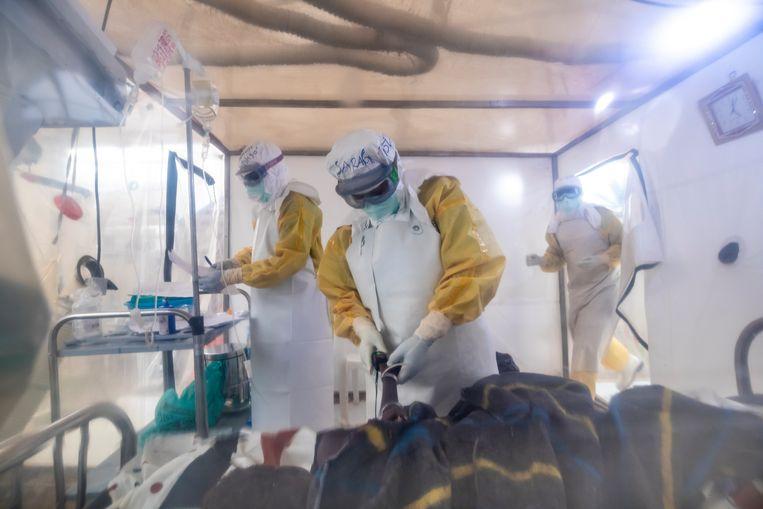 Ebola-behandelcentrum in Congo. Door antistoffen uit het bloed van overlevenden te halen, werd uiteindelijk een medicijn gemaakt. Hetzelfde zou met het coronavirus kunnen.  Beeld null