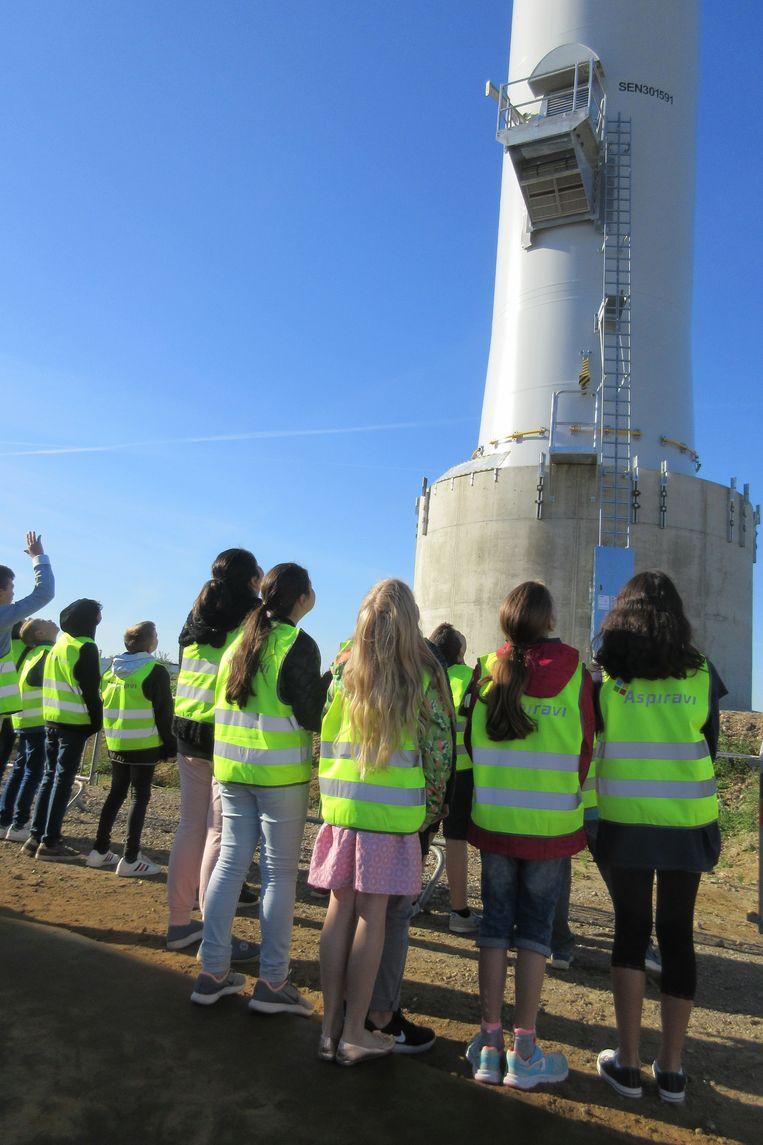 De leerlingen bij de sokkel van de turbine.