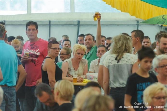 Een volle feesttent waar gisteravond als afsluiting van de volksfeesten de veiling werd gehouden.