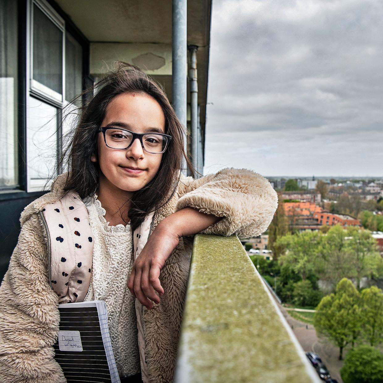 Zeynep Mina Özturk met haar dagboek op 12 hoog. Beeld Guus Dubbelman