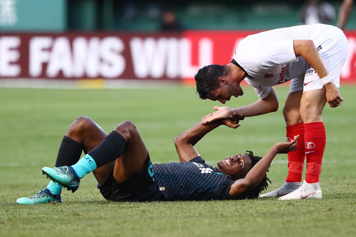 Yasser Larouci ligt kermend van de pijn op de grond.