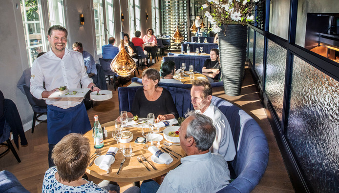 Manager Dennis Vos van restaurant Kruydt serveert de gerechten uit.