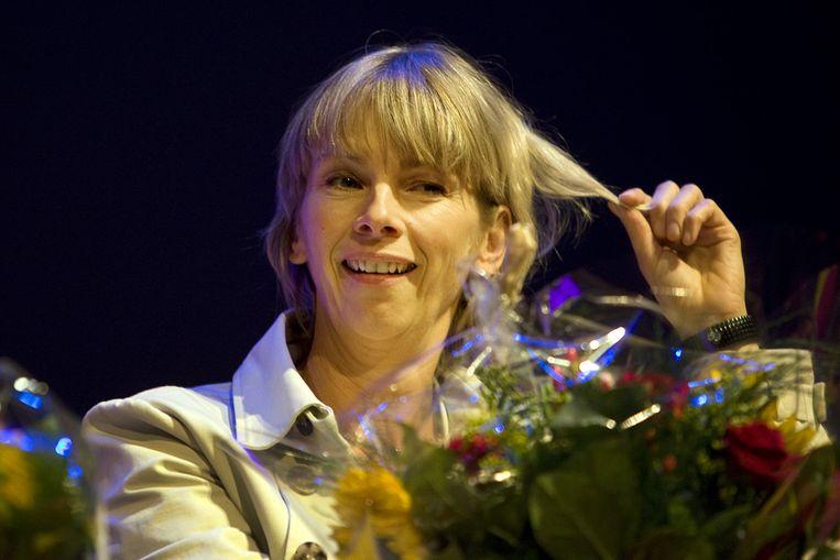 Schrijfster Francine Oomen woensdag met de Prijs van de Jonge Jury 2010 in het Fortis Circustheater in Scheveningen. (ANP) Beeld