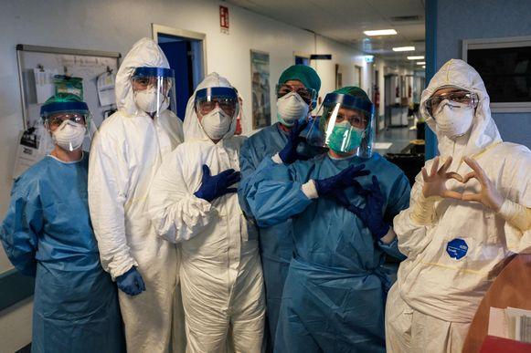 De verpleging van het hospitaal in Cremona vormt een hartje aan het begin van de zware shift.