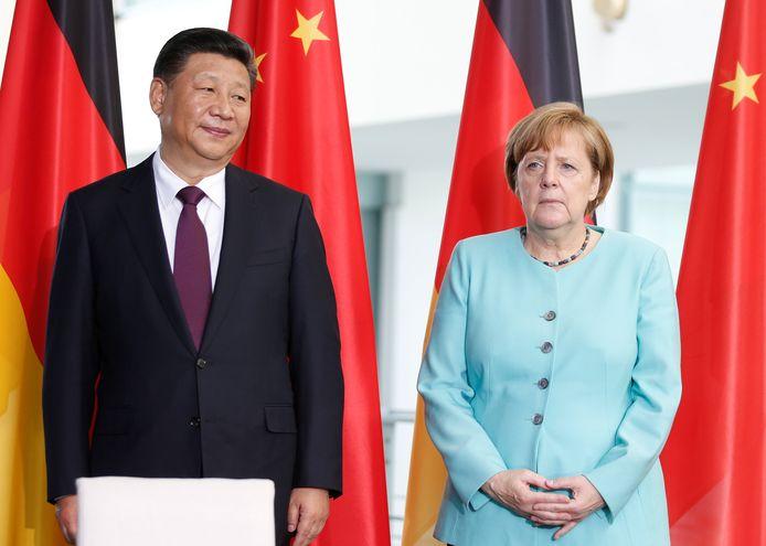 De Chinese President Xi Jinping en de Duitse bondskanselier Angela Merkel in Berlijn. De eventuele deelname van het Chinese Huawei aan de uitbouw van het spionagegevoelige 5G-netwerk in Duitsland veroorzaakt veel ophef.