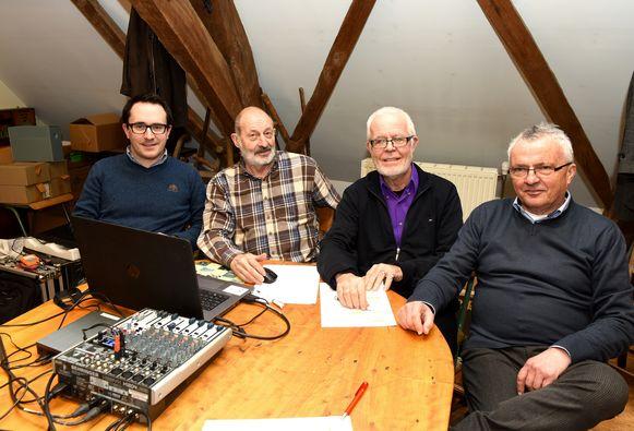 Tim, Roger, Luc en André kruipen samen achter de laptop om de beste beelden te selecteren. Niet eenvoudig, want de heren hebben voldoende materiaal voor drie films.