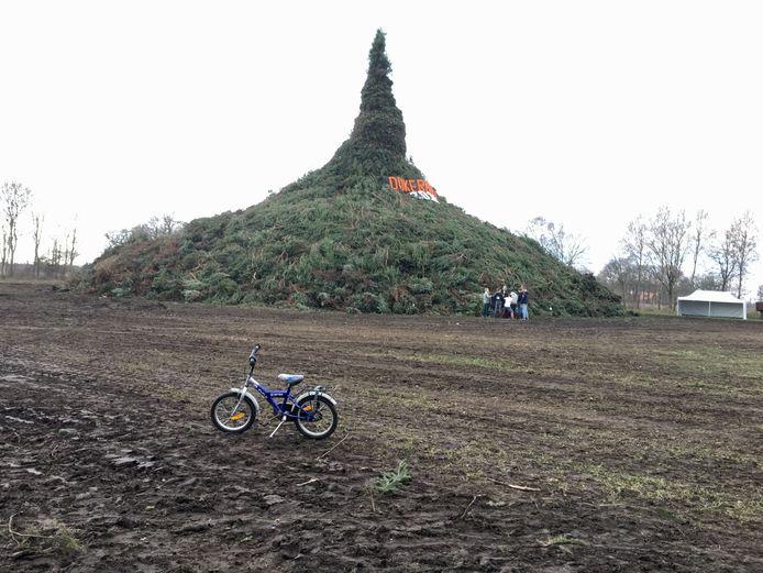 De paasboake van Dijkerhoek was wederom de grootste: 20,21 meter hoog.
