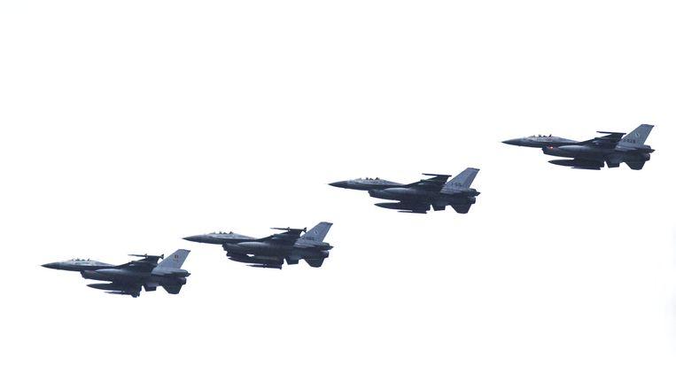 Een formatie van vier F-16 gevechtsvliegtuigen bij vliegbasis Leeuwarden. Beeld ANP