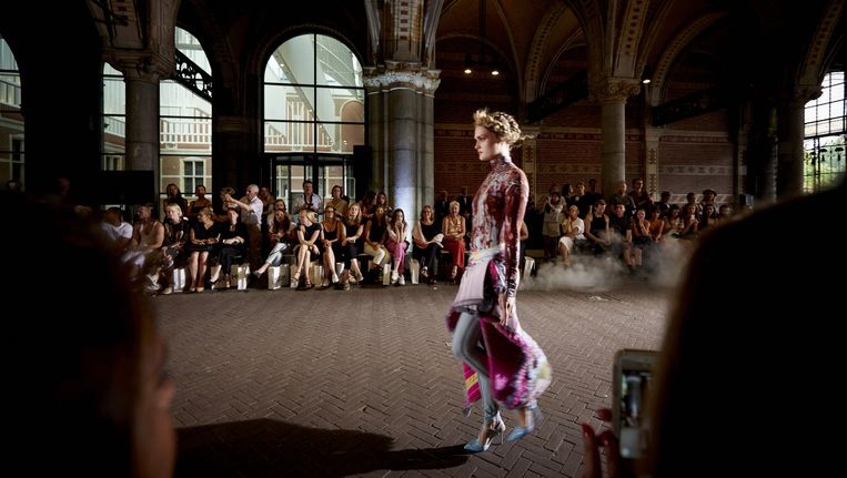 Een model loopt over de 'catwalk': het tunneltje van het Rijksmuseum. Beeld anp