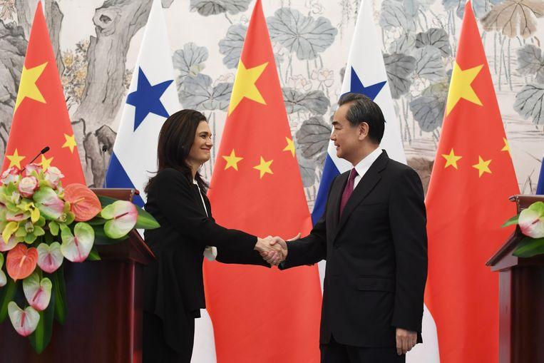 Panama's vicepresident Isabel de Saint Malo bezegelt de nieuwe relatie met de Chinese minister van buitenlandse zaken Wang Yi. Beeld EPA