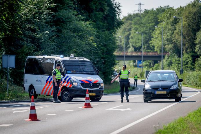 De politie controleert auto's op de Westerval in Enschede