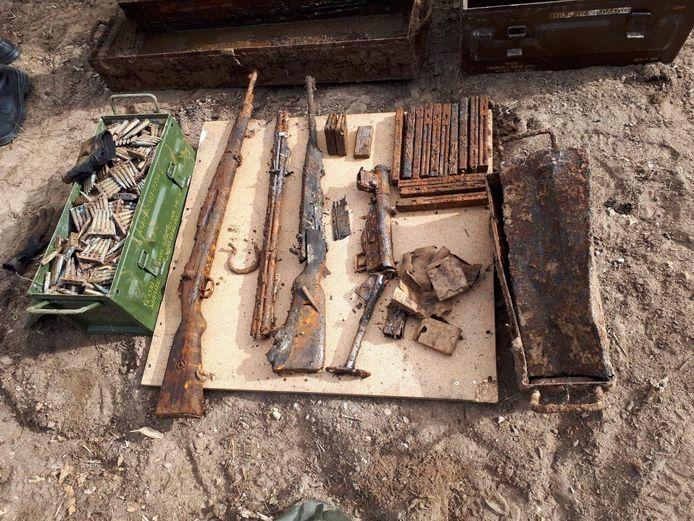 Een deel van de gevonden wapens en munitie
