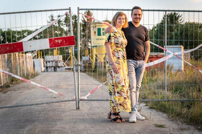 Flip en Brenda Jagt, dichtbij de bouwplaats voor hun nieuwe huis.