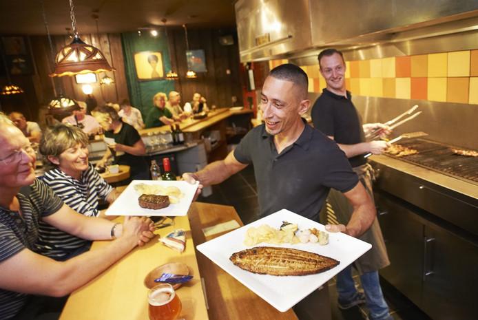 """Lars Pieters en zijn compagnon Jeffrey Simons beginnen een tweede Marc's Bar BQ in Nijmegen. """"Daar zitten de meeste gasten van buiten Uden"""", aldus de twee."""