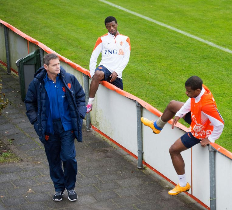 Edwin Goedhart bij het Nederlands elftal in 2014, met Georginio Wijnaldum en Luciano Narsingh. Beeld anp