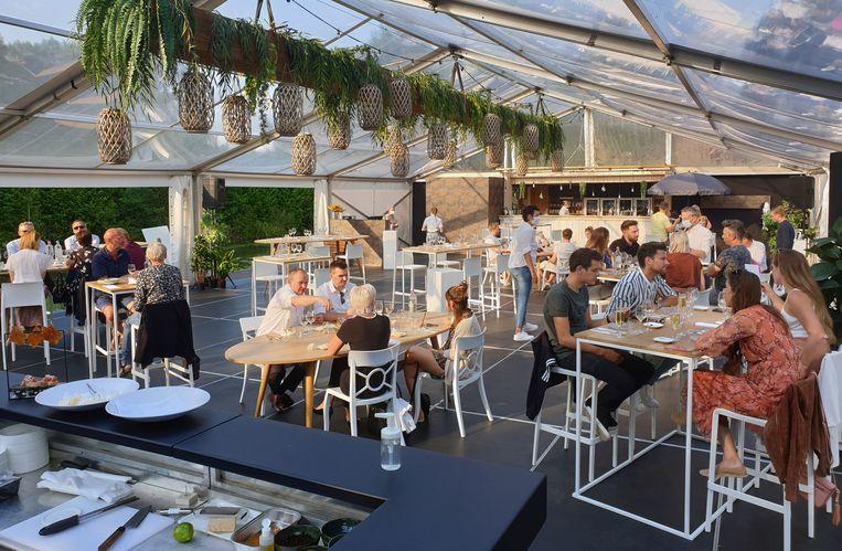Jardin d'Amis ontvangt zijn klanten in een feesttent die aan het water staat.