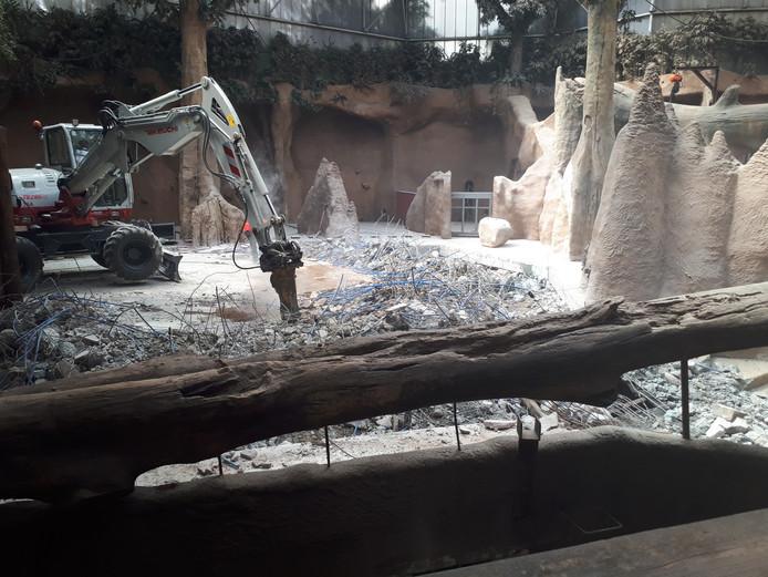 De zandvloer aanleggen bleek geen eenvoudige klus.
