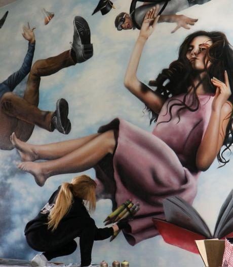 Roos verrast leerlingen Maranium Lichtenvoorde met enorme muurschildering
