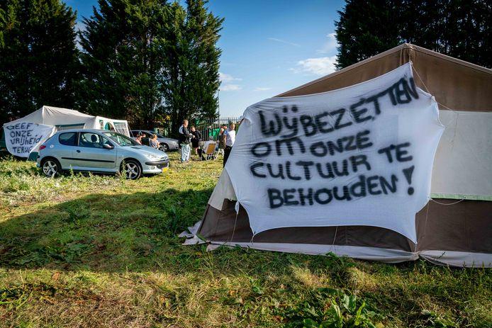 Het kamp van de familie Struijk-Kolkgieter in Elst. Volgens Overbetuwe strijd de familie alleen voor de eigen belangen en hoort de actie niet bij de bredere protesten die op een dertigtal plaatsen elders in het land voor de belangen van woonwagenbewoners worden gehouden.
