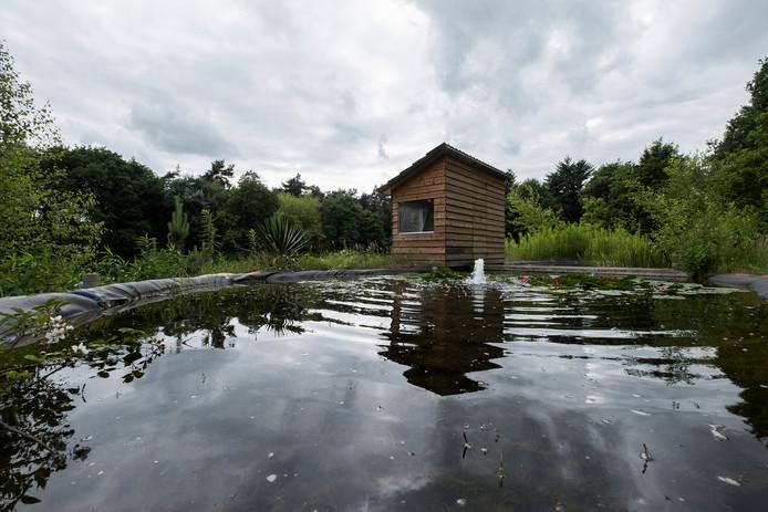 Het 'dak' van de woning met een observatiepost van waaruit buizerds en valken worden gespot. Foto : Jan van den Brink