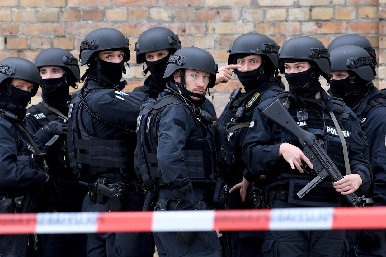 Politie in de buurt van de synagoge in Halle na de aanslag gisteren. Beeld FILIP SINGER/EPA