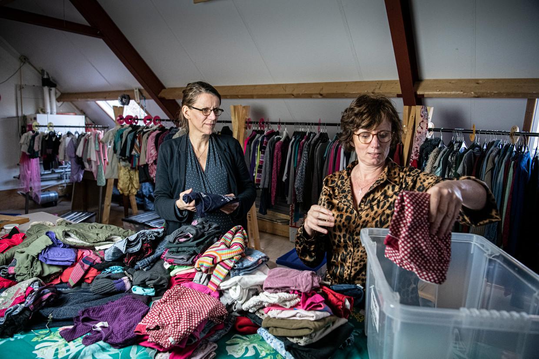 Ada Franse (links) in de koeienstal en op de zolder erboven, in de ruimte van Krijg de Kleertjes samen met een buurvrouw.