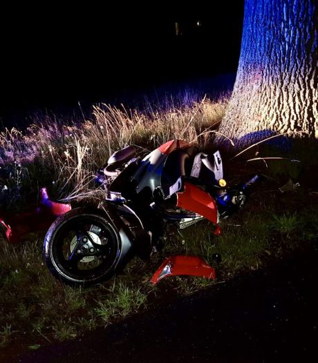 Scooterrijder gewond in Tubbergen na knal tegen boom
