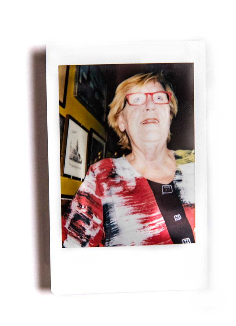 Hanneke Visser: 'Ik vind er niks aan om inmijn eentje wijn te drinken. Voor mij hoort dat wijntje bij de gezelligheid van het café.' Beeld