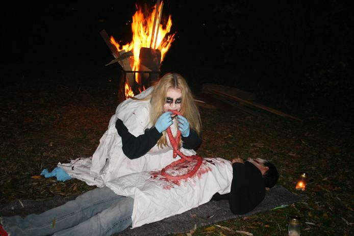 Meer dan 60 vrijwilligers leiden het geheel in goede banen, zoals deze 'zombie'.