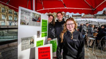 Klimaatactivisten maken reclame voor mars op zaterdagmarkt