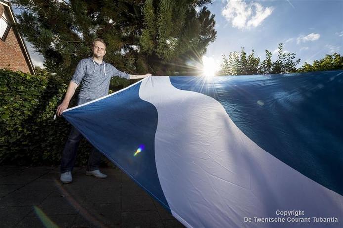 CDA-raadslid Ben van Veen met de 'vergeten' gemeentevlag.