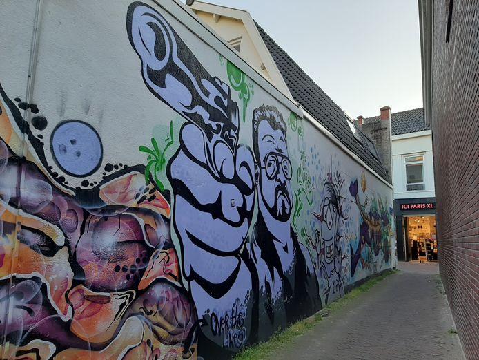 Muurschildering in de Samuel Aardewerksteeg in Alphen. De loop van het pistool zou in de richting van de voormalige synagoge wijzen. Aan het einde is de Van Mandersloostraat zichtbaar