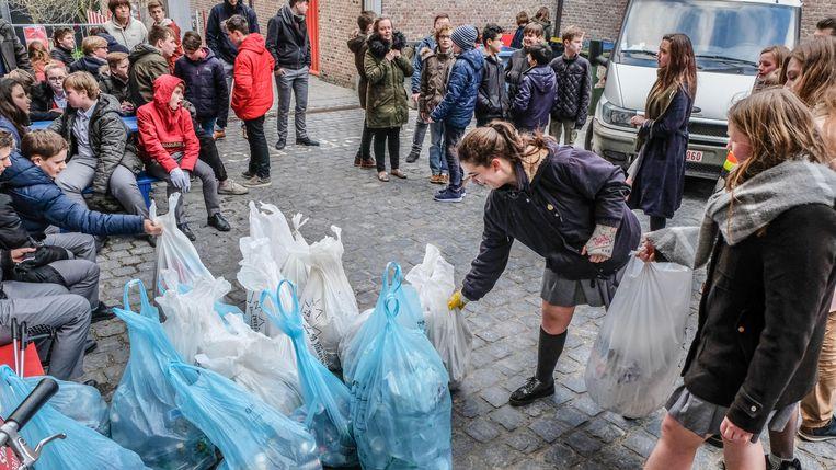 De scholieren trokken met hun afval naar het binnenplein van het historisch stadhuis.