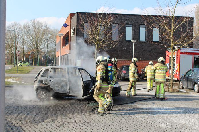 De auto vlak nadat hij is geblust door de brandweer.