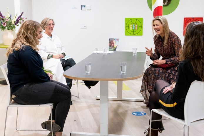 Koningin Máxima lacht om huisartsassistente Nicolien Rosier (l.) op werkbezoek in Driebergen.