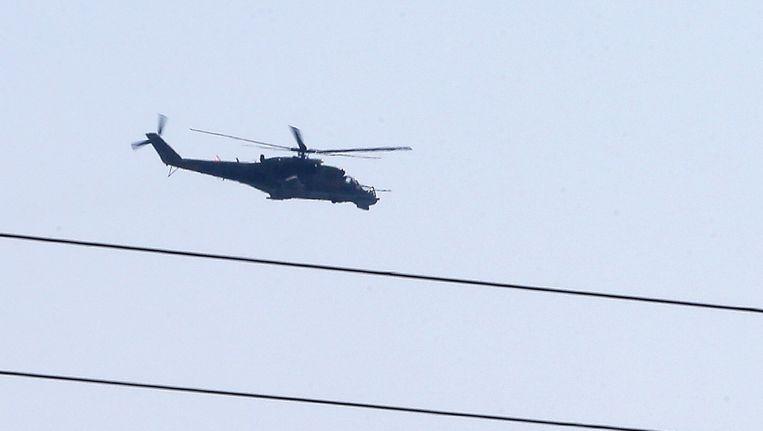 Een Russische helikopter boven de Syrische havenstad Latakia. Beeld AFP