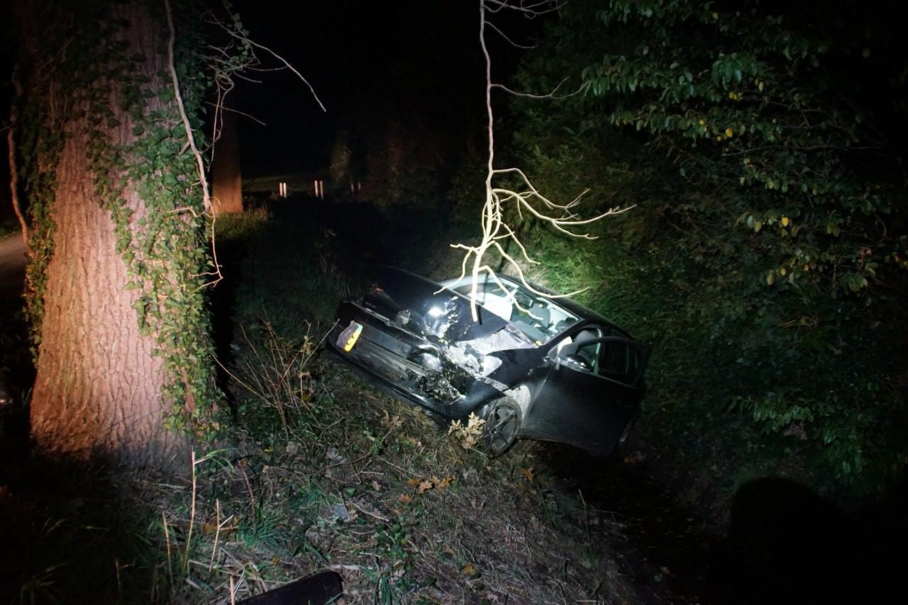 Een automobilist is in de nacht van vrijdag op zaterdag tegen een boom gereden aan de Lebbenbruggedijk in Borculo.